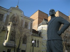 A statue of Yul Brenner dressed as in The King and I