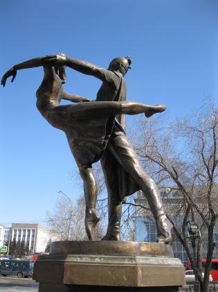 Dancers (outside the opera house)