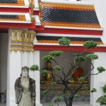 One of the courtyards lined with Buddhas at Wat Pho